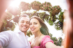 Lyckliga par som spenderar tid i en parkera royaltyfri fotografi