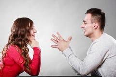 Lyckliga par som talar på datum konversation Arkivfoto