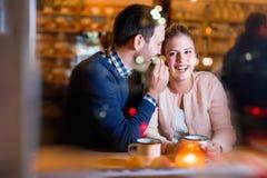 Lyckliga par som talar på stången och har datumet Fotografering för Bildbyråer