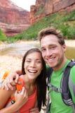 Lyckliga par som tar att fotvandra för selfiefoto Arkivfoton