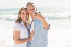 Lyckliga par som tar en selfie Arkivbilder