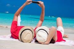 Lyckliga par som tar ett foto själva på tropiskt Arkivbilder