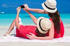 Lyckliga par som tar ett foto själva på tropiskt Arkivbild
