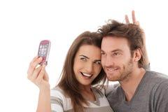 Lyckliga par som tar fotoet av dem Arkivfoto