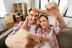 Lyckliga par som tar selfie på det nya hemmet royaltyfri foto