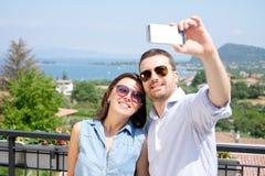 Lyckliga par som tar selfie under semestrar Royaltyfri Fotografi