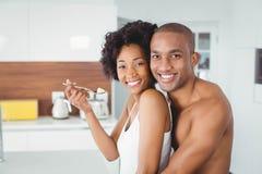 Lyckliga par som tillsammans äter frukt Arkivbild