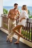 Lyckliga par som tillsammans dricker kaffe Royaltyfri Fotografi