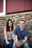 Lyckliga par som tillsammans sitter Royaltyfria Bilder