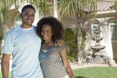 Lyckliga par som tillsammans står Royaltyfri Fotografi