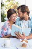 Lyckliga par som tillsammans tycker om kaffe Royaltyfria Foton