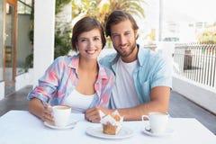 Lyckliga par som tillsammans tycker om kaffe Arkivfoto