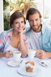 Lyckliga par som tillsammans tycker om kaffe Arkivfoton