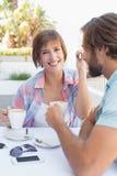 Lyckliga par som tillsammans tycker om kaffe Arkivbilder