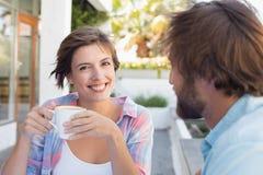 Lyckliga par som tillsammans tycker om kaffe Royaltyfri Foto