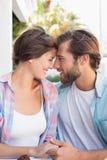 Lyckliga par som tillsammans tycker om kaffe Royaltyfri Bild