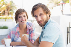 Lyckliga par som tillsammans tycker om kaffe Royaltyfri Fotografi