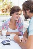 Lyckliga par som tillsammans tycker om kaffe Royaltyfria Bilder