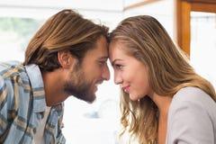 Lyckliga par som trycker på deras huvud Royaltyfria Foton