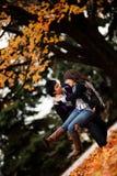 Lyckliga par som tycker om Autum Royaltyfri Bild