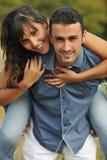 Lyckliga par som tycker om bygdpicknicken Royaltyfria Bilder