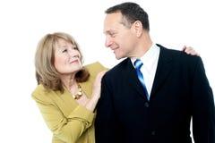 Lyckliga par som tycker om deras tid Fotografering för Bildbyråer