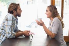 Lyckliga par som tycker om ett kaffe Royaltyfri Foto