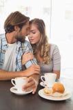 Lyckliga par som tycker om ett kaffe Arkivbild