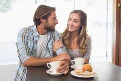 Lyckliga par som tycker om ett kaffe Arkivfoton