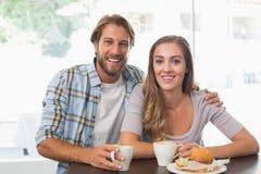 Lyckliga par som tycker om ett kaffe Royaltyfri Bild