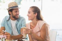 Lyckliga par som tycker om kaffe och kakan Royaltyfri Foto