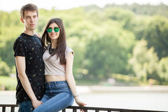 Lyckliga par som tycker om tidtoghether Royaltyfria Bilder