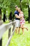 Lyckliga par som utomhus älskar sig Arkivbilder