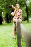 Lyckliga par som utomhus älskar sig Arkivfoton