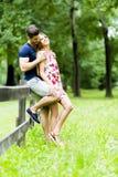 Lyckliga par som utomhus älskar sig Royaltyfria Foton