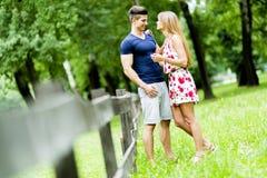 Lyckliga par som utomhus älskar sig Arkivbild