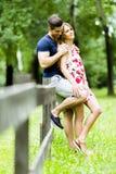 Lyckliga par som utomhus älskar sig Royaltyfri Foto