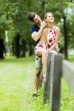 Lyckliga par som utomhus älskar sig Royaltyfria Bilder