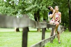 Lyckliga par som utomhus älskar sig Royaltyfri Fotografi