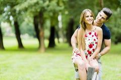 Lyckliga par som utomhus älskar sig Royaltyfri Bild