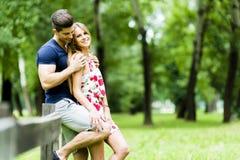 Lyckliga par som utomhus älskar sig Fotografering för Bildbyråer