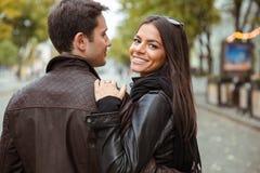 Lyckliga par som utomhus går Arkivfoto