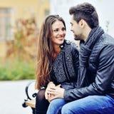 Lyckliga par som utomhus ler och ser sig Royaltyfri Fotografi