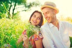 Lyckliga par som utomhus tycker om naturen Royaltyfri Foto