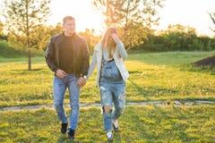 Lyckliga par som väntar på, behandla som ett barn, den gulliga gravida kvinnan med maken som tycker om höstväder, förälskelsebegr Royaltyfri Bild