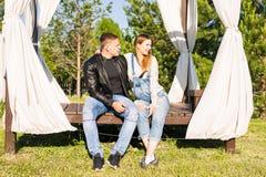 Lyckliga par som väntar på, behandla som ett barn, den gulliga gravida kvinnan med maken som tycker om vårväder, förälskelsebegre Arkivbilder
