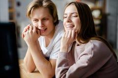 lyckliga par tillsammans Arkivfoton