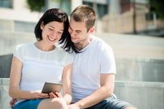 Lyckliga par tillsammans Arkivbild