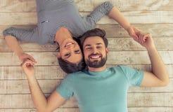 lyckliga par tillsammans Arkivfoto
