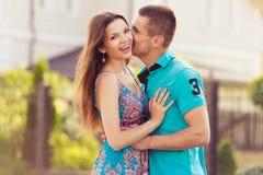 Lyckliga par tillsammans i gata Arkivbild